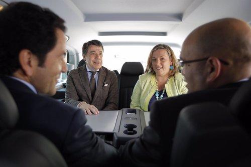 González y Cavero en uno de los nuevos taxis para grupos