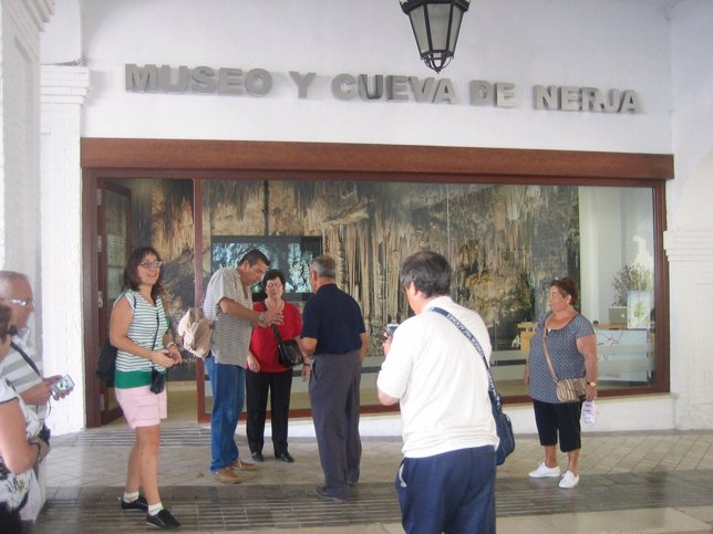 La cueva de nerja recibi en semana santa un 34 m s de for Oficina turismo nerja