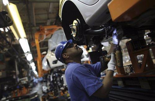 Trabajador brasileño en una cadena de montaje de la filial de Ford en Brasil.