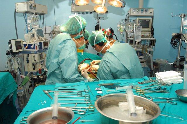 Cirujanos en plena operación de trasplante