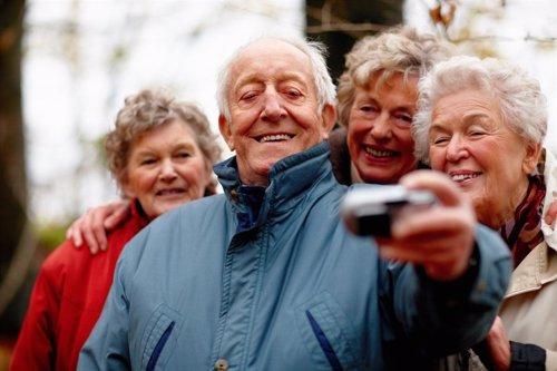 Personas mayores haciendo un selfie