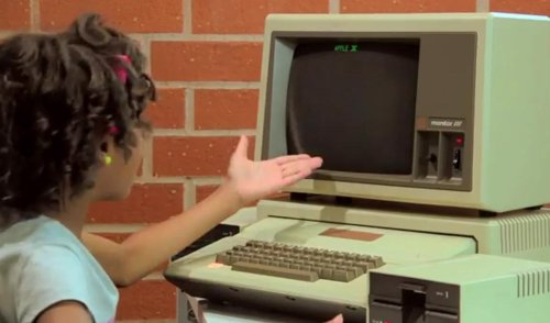Niña reacciona a un Apple II