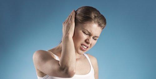 Tinitus, dolor oido, mujer