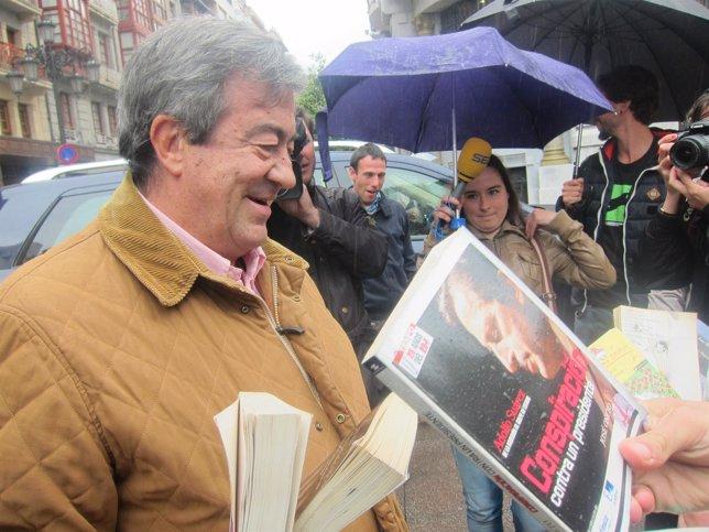 ÞÁlvarez-Cascos, atendiendo a los activistas que le ofrecen libros.
