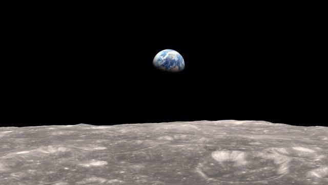 La atracción terrestre moldea la superficie lunar