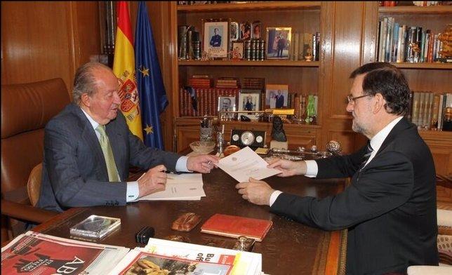 Rey entrega documento de abdicación a Rajoy