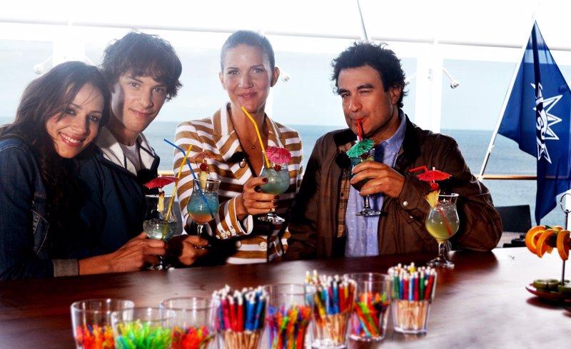 Eva, Jordi, Samantha y Pepe en cubierta, tomando un cocktail.