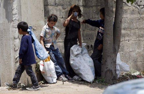 Niños refugiados sirios recogiendo plásticos en Líbano