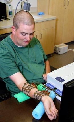 Paciente tetrapléjico mueve manos tras lesión medular