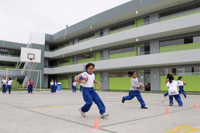 Niños jugando en una escuela Innova en Lima
