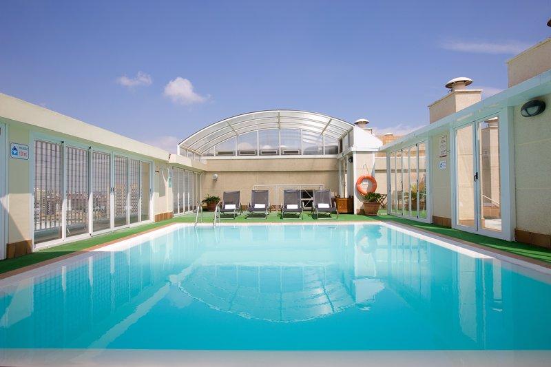 Nh propone piscinas urbanas y terrazas para refrescar el for Terrazas urban mall chacras de coria