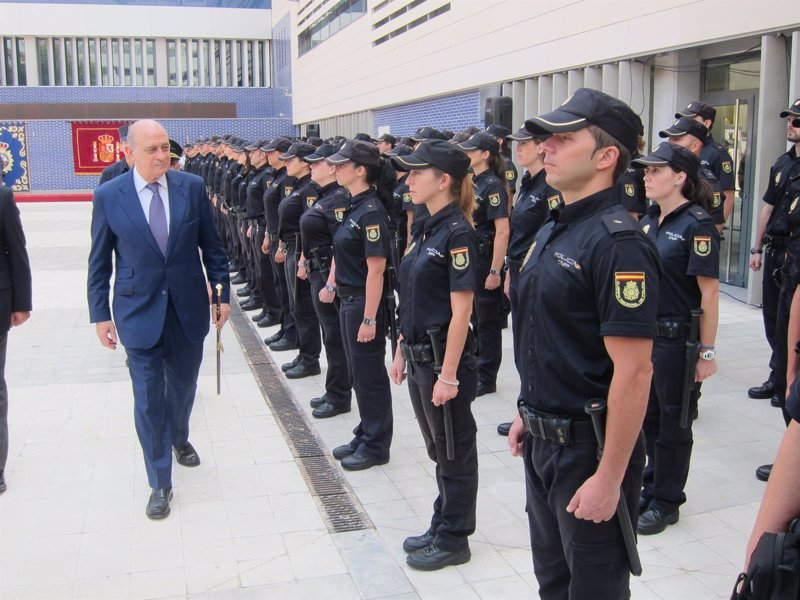 La polic a nacional detiene a 6 terroristas y 40 bandas en for Ministro de la policia nacional