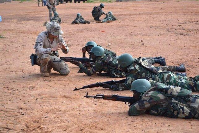 Instructores de la sección 'Comando' con soldados malienses