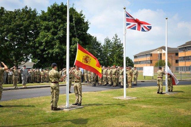 Acto de arriado de la bandera española en el Cuartel General del ARRC