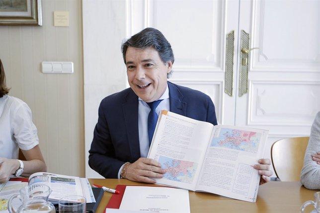 Ignacio González con un libro de Historia