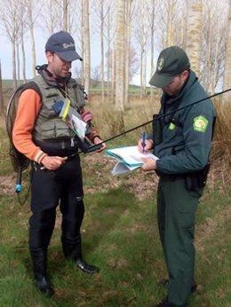 Imagen de dos guardas forestales.