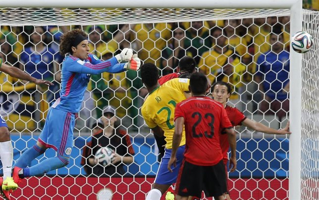 Guillermo Ochoa detiene a Brasil en la segunda jornada