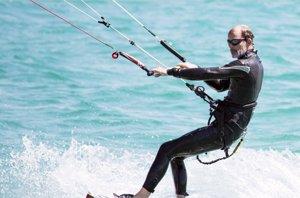 Foto: Kyril de Bulgaria, a punto de cumplir 50, disfruta como un niño del kitesurf (RAÚL TERREL )
