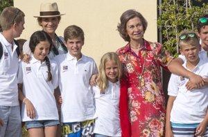 Foto: La Reina Sofía muy pendiente de sus nietos en el último día de curso de vela (EUROPA PRESS)