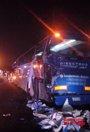 Foto: Tres heridos al chocar un camión con un autocar con 20 pasajeros en la A-2, en Corbera de Llobregat (Barcelona)
