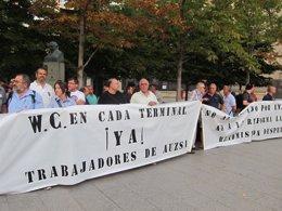 Foto: Trabajadores de AUZSA piden solucionar las extra (EUROPA PRESS)