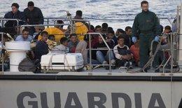 Foto: Interceptan una patera con ocho inmigrantes en alta mar en Cartagena (Murcia) (GUARDIA CIVIL)