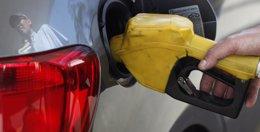 Foto: La OCU cuestiona que suba la gasolina en España en agosto mientras baja en la UE y pese al descenso del crudo (PAULO WHITAKER / REUTERS)