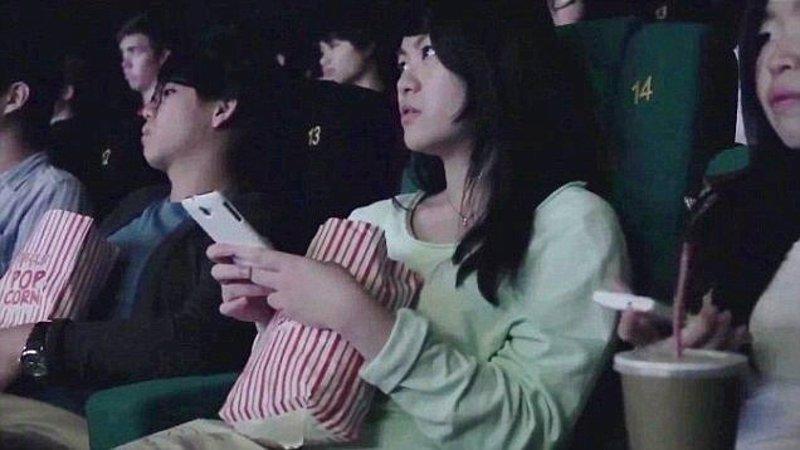 Cines chinos muestran mensajes del público en sus pantallas durante la película