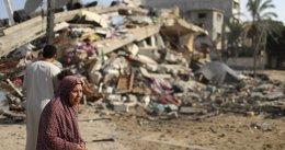 Foto: Un ataque israelí a una casa del centro de Gaza mata a una familia de cinco, tres de ellos niños (MOHAMMED SALEM / REUTERS)