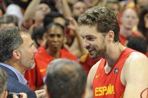 Foto: El Rey anima a la selección española de baloncesto a pie de pista (EUROPA PRESS)