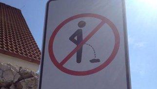 De esta curiosa forma evitan en la República Checa que la gente orine en la calle
