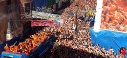 Foto: Unas 22.000 personas tiñen de rojo Buñol (Valencia) en una 'Tomatina' rápida y calurosa, la segunda de pago (EUROPA PRESS)