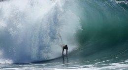 Foto: La llegada del huracán Marie provoca olas espectaculares y estos amantes del surf lo aprovechan (LUCY NICHOLSON / REUTERS)