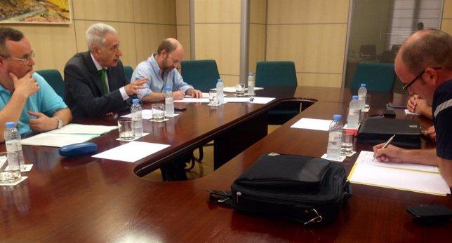 Modesto Lobón en su reunión con los pescadores del Mar de Aragón