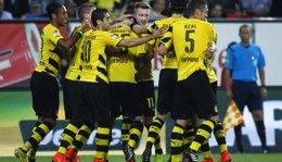 Foto: Reus impulsa al Dortmund ante el Augsburgo (MICHAELA REHLE / REUTERS)