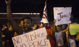 Foto: La ONU insta a EEUU a detener la brutalidad policial tras la muerte del joven Michael Brown en Ferguson (Misuri) (ADREES LATIF/REUTERS)