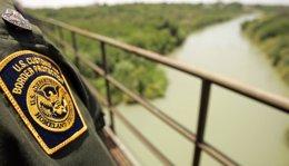 Foto: Un agente de la Patrulla de Fronteras dispara contra un miliciano antiinmigración en Texas (RICK WILKING / REUTERS)