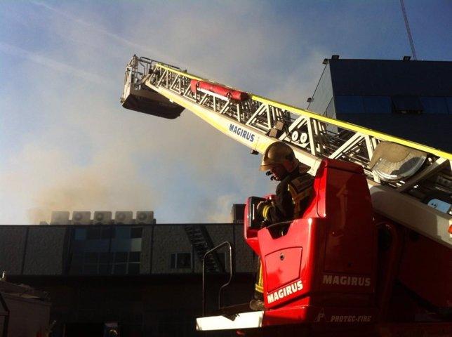 Bomberos extinguen incendio en almacén de Coslada