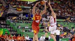 Foto: Pau le quita las legañas al anfitrión (FIBA.COM)