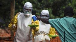 Foto: Los empleados del hospital de Kenema, 'zona cero' de la lucha contra el Ébola, se declaran en huelga (STRINGER . / REUTERS)