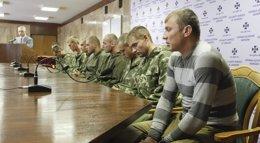 Foto: Ucrania libera a paracaidistas rusos retenidos a cambio de 67 sus militares que cruzaron hacia Rusia (VALENTYN OGIRENKO / REUTERS)
