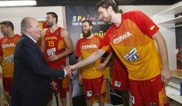 Foto: El Rey Juan Carlos presencia el debut de España y felicita al equipo tras la victoria (ALBERTO NEVADO)