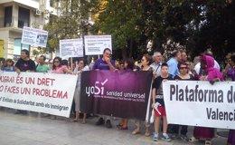 """Foto: Decenas de personas reclaman en Valencia la derogación de la """"inhumana"""" reforma sanitaria de 2012 (EUROPA PRESS)"""