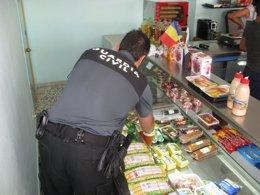 Foto: Detenidos en Almería por vender productos caducados desde 2012 (EUROPA PRESS/GUARDIA CIVIL)