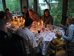 Familia cenando con velas