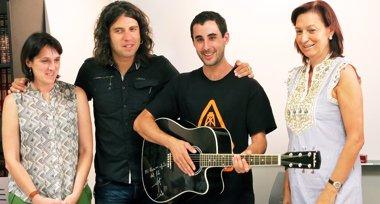 Foto: Rulo entrega su guitarra al ganador del sorteo de la AECC (AYUNTAMIENTO DE TORRELAVEGA)