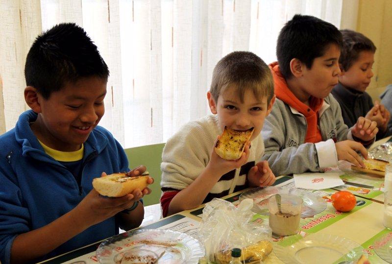 Niños Desayunando En La Escuela