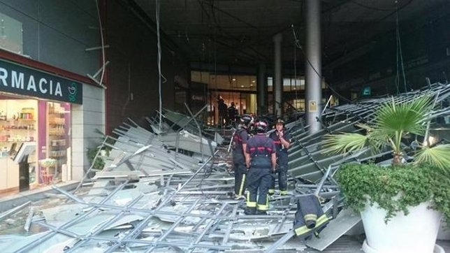 Cae parte del falso techo en el centro comercial Arena