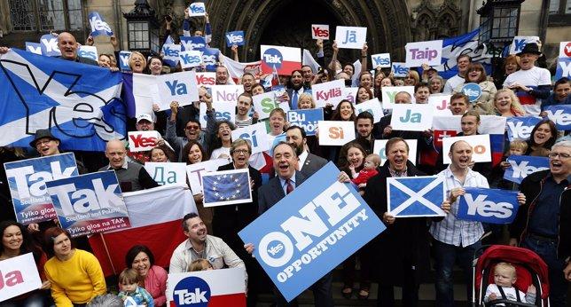 Alex Salmond con partidarios del 'sí' a la independencia de Escocia
