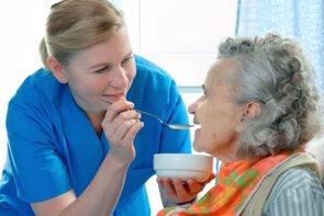 Foto: Recomendaciones para mejorar el estado nutricional de pacientes con Alzheimer (GETTY//ALEXRATHS)